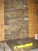 печной подиум выполнен в напольной плитке, защитный печной экран из минерита отделан стеновым искусственным камнем