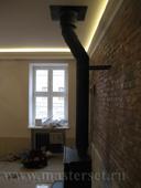 черная одностенная печная труба со стеновым креплением, проход перекрытия
